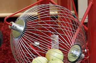 Plukkar eple med ballongvisp