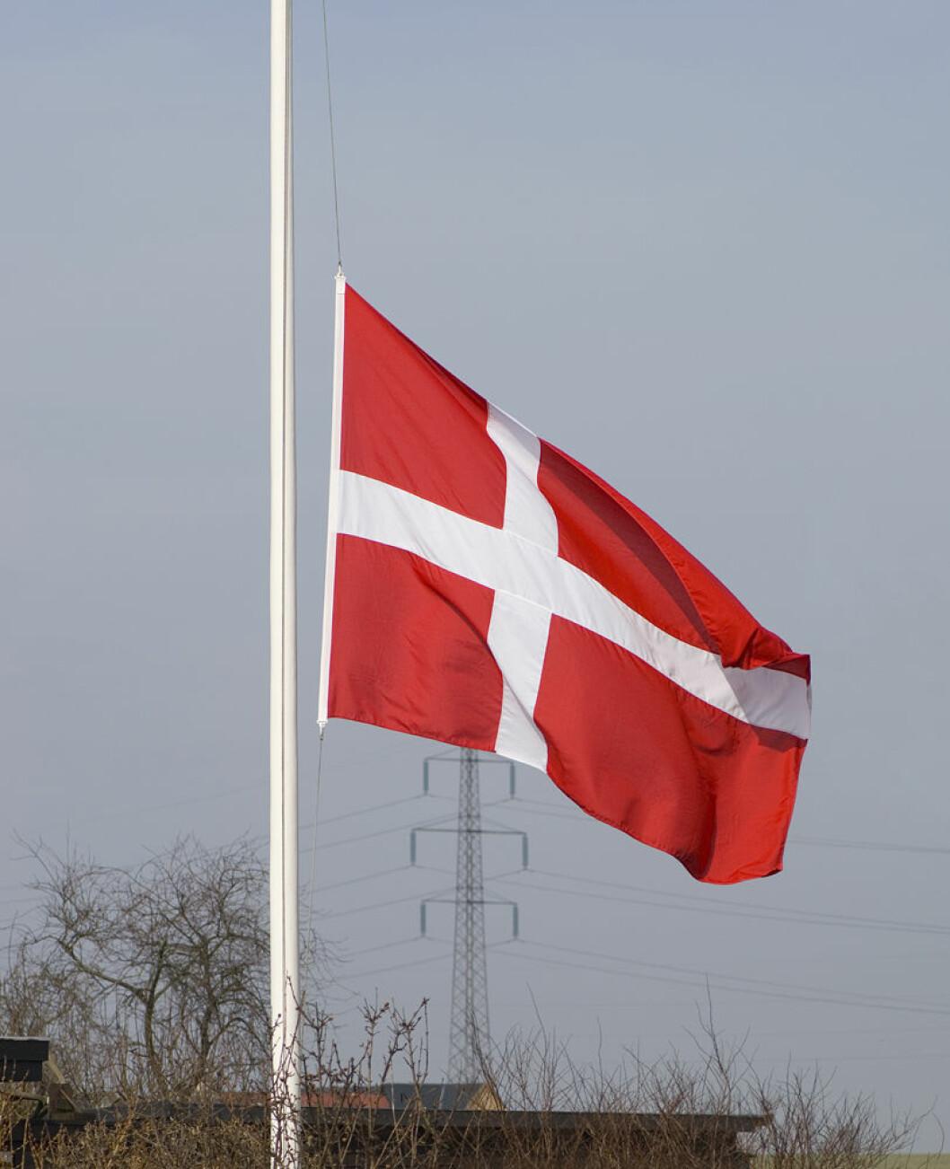 dansk flagg halv stang COLOURBOX1163399