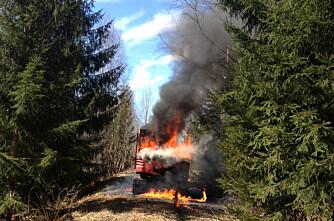 Gravemaskin i brann