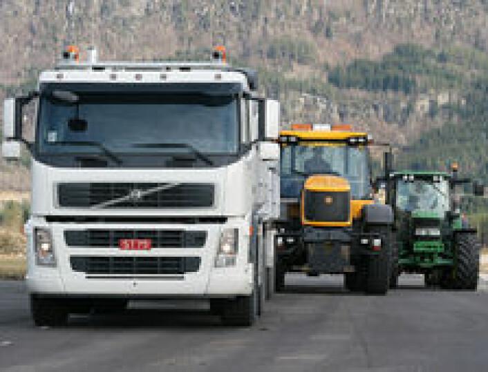 Bedre Gardsdrift har testet dieselforbruk og transportkapasitet på lastebil versus vogntog versus JCB Fastrac versus vanlig landbrukstraktor.