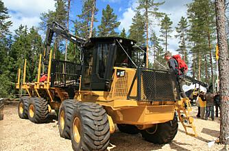 Cat og Volvo til skogs