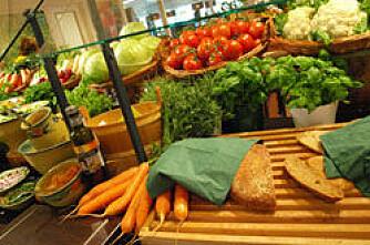 Matprisene øker i utlandet og faller i Norge