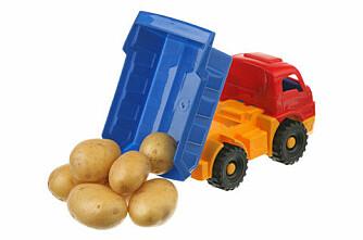 Tømte billass med poteter på fotballbane