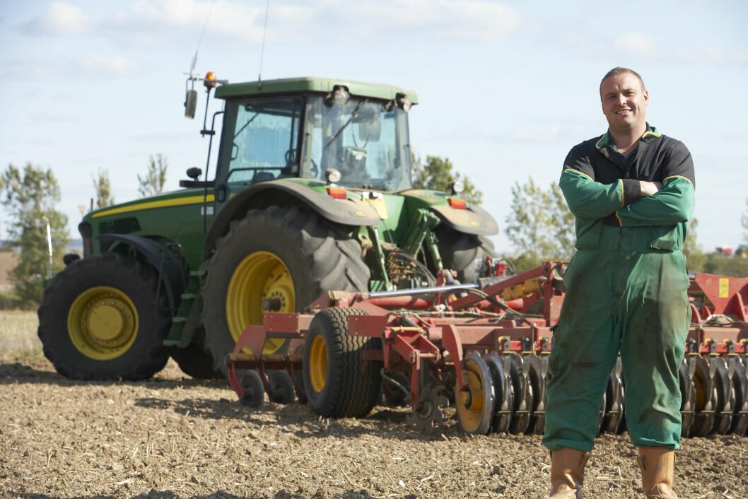 Med førarkort frå utlandet kan du køyre traktor på åkeren når som helst, men for å køyre langs offentleg veg må du bu her fast i minst eit halvt år først. Foto: Colourbox.