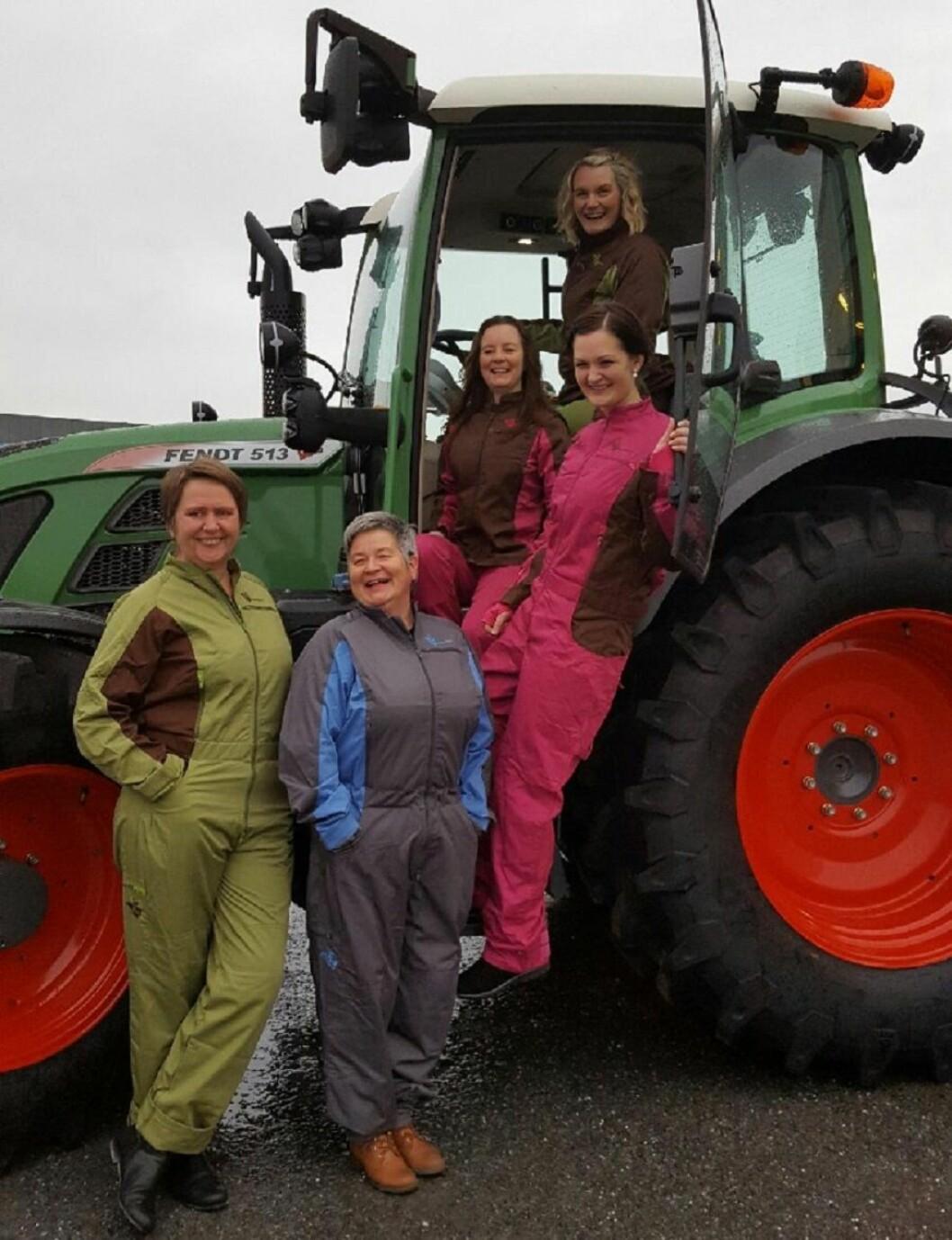 De to gründer-søstrene Thrine og Ine øverst i traktoren. Juryen for Bygdeutviklingsprisen i N-Trøndelag fremst. Foto: Ellen Vie