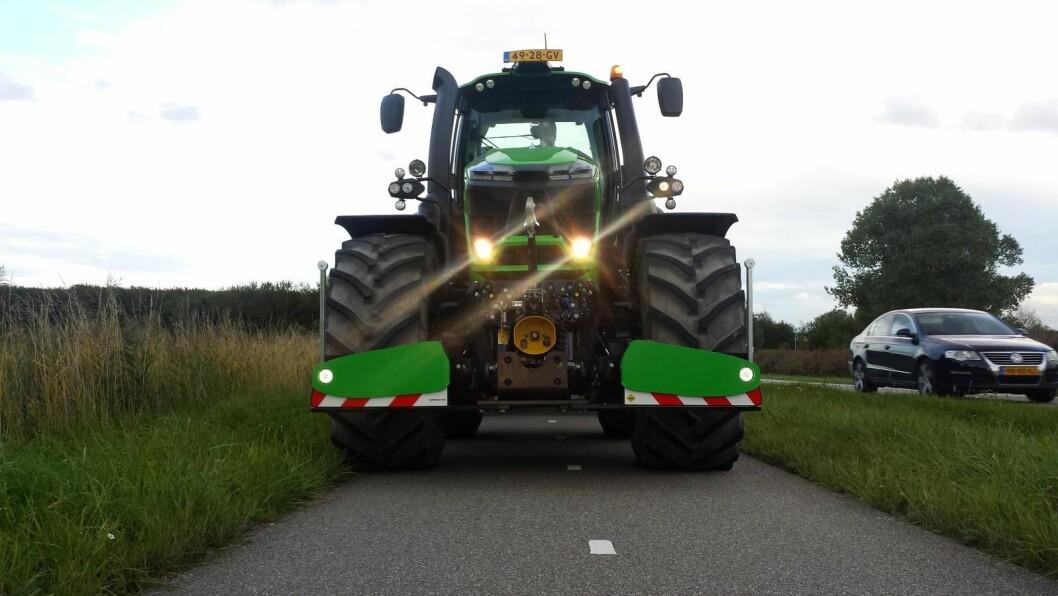 Støtfangeren skal bevirke til større trafikksikkerhet. Den er også utstyrt med LED-lys. Foto: AgriBumper