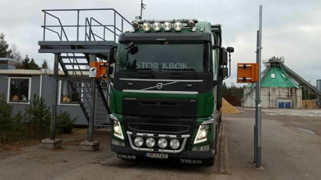 Med en radar på hver side blir fuktigheta i flisa målt når lastebilen passerer. Foto: Lars Fridh, Skogforsk