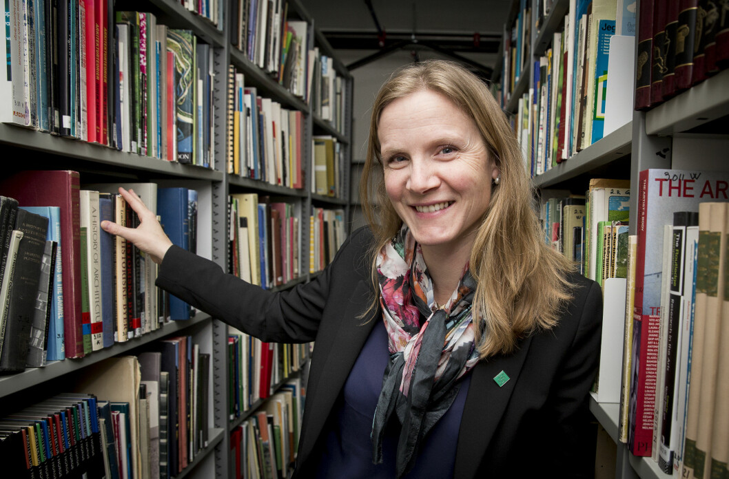 Tar vi ikke mye feil er rektor Mari Sundli Tveit omgitt av bøker fra sitt eget fagfelt; landskapsplanlegging. Foto: Håkon Sparre, NMBU