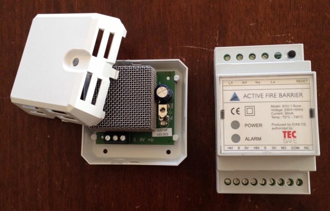 Sentralen (t.h.) er kjernen i systemet og kommuniserer med detektoren (t.v.). Sentralen forsyner også detektorene med strøm.