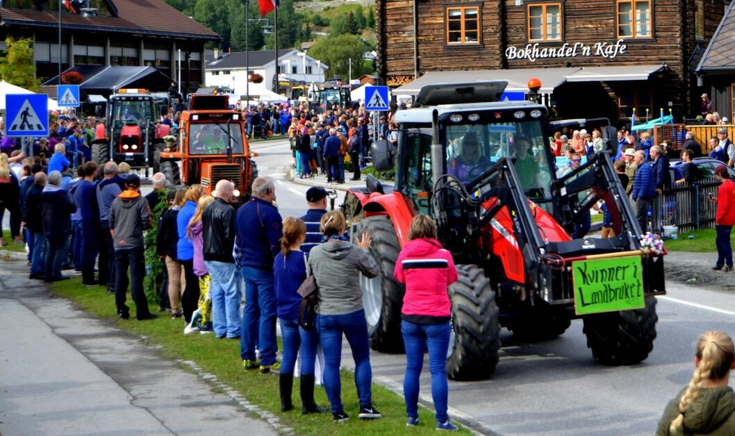 Litt regn la ingen demper på fjorårets traktorparade i Vågå. Foto: Privat