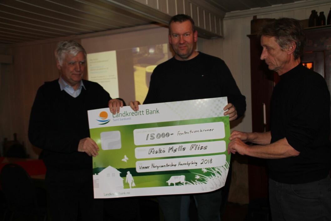 Trond Buraas fra Graminor (til ventre) kunne gratulere Kjetil Aanstad og Jan Skulstad fra Fiskå Mølle Flisa. Foto: Graminor