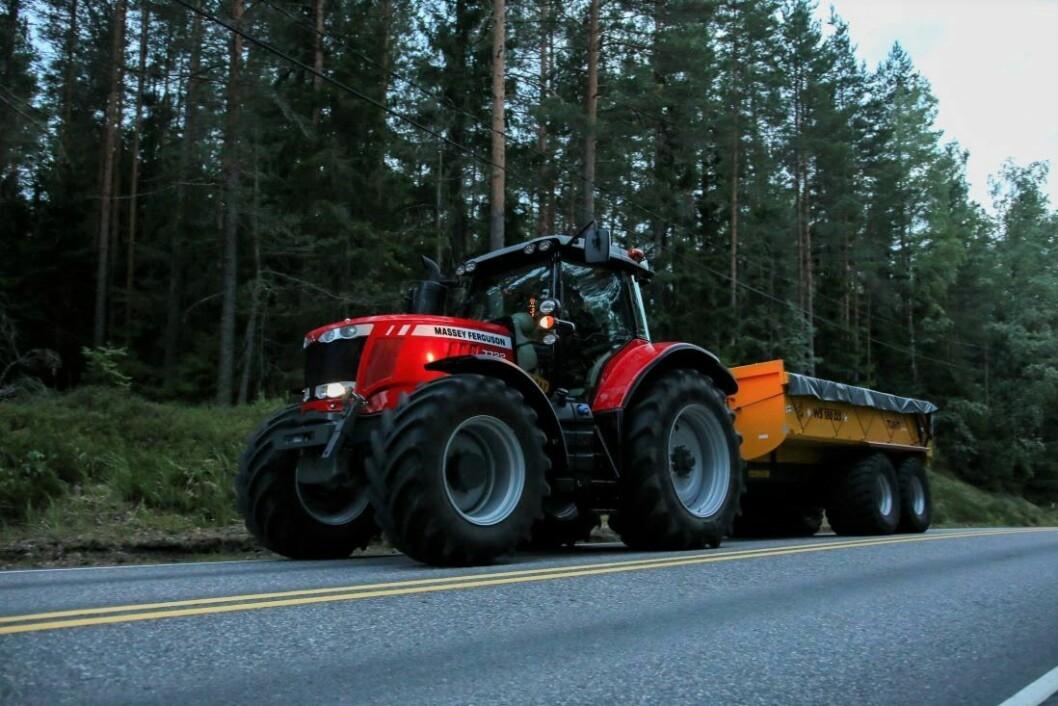 Husk at de samme reglene for mobilbruk gjelder enten du kjører traktor eller bil langs offentlig vei.