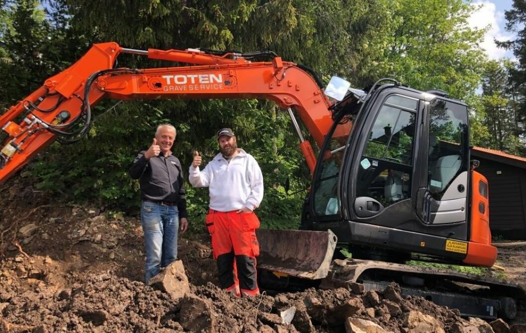 Maskinselger i Nasta, Helge Myrhaug, og Svein Olav Moa Odden, daglig leder i Toten Graverservice. Pressefoto
