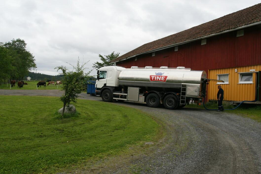 Å måtte trekke ut mjølkeslangen med egen muskelkraft kan bli en saga blott med de nye tankbilene fra Tine. Arkivfoto: Bo Hansen
