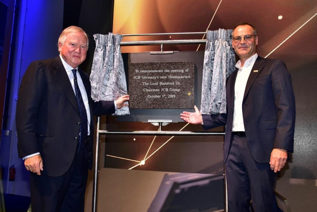 Lord Bamford og Frank Zander, adm.dir i JCB Germany, ved åpningen av det nye hovedkontoret.