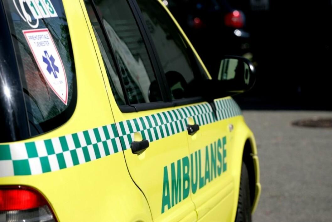 En mann ble kjørt til sykehus etter fall mot et rundballespyd. Foto: Colourbox
