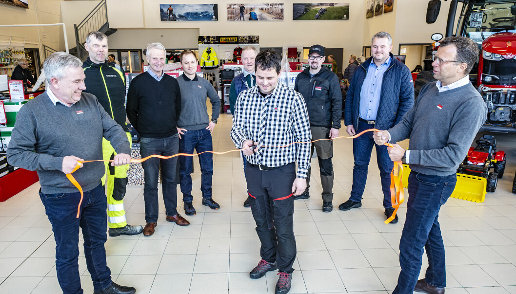 Åpning av Eiksenteret Oppdal 5.3.2020. Kåre Helge Engdal (Eiksenteret Midt-Norge avd. Oppdal) klipper snora som markerer den offisielle åpningen av det nye Eiksenteret i Oppdal. Snorholdere er salgssjef Øyvind Wekre til venstre og daglig leder Jon Magne Sæter til høyre. Bak fra venstre, Gudmund Sande (Consto), Ingvar Særther (Consto), Ola Tande (Eiksenteret Midt-Norge), Øyvind Woland (Agco Finance), Jan Eirik Holden (Eiksenteret Midt-Norge), Geir Åge Lyng (Eikmaskin AS).