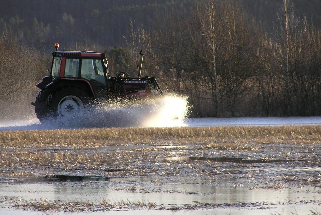 Sørg for å fjerne rundballene fra flomutsatte jorder før snøsmeltingen tar til.