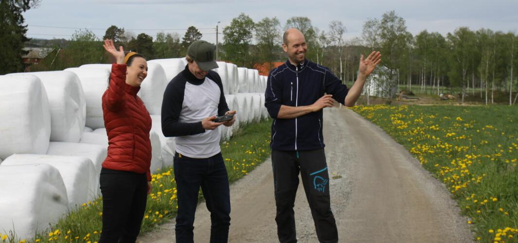 Karina Hjartlie, prosjektkoordinator i Future Farm, Simon Arenberg fra inFuture og pilotbonde Jon Erik Borgen fra Romedal vinker til kameraet i drona .