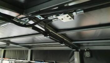 Alle hydraulikkslanger og ledninger er trekt i taket på vogna.