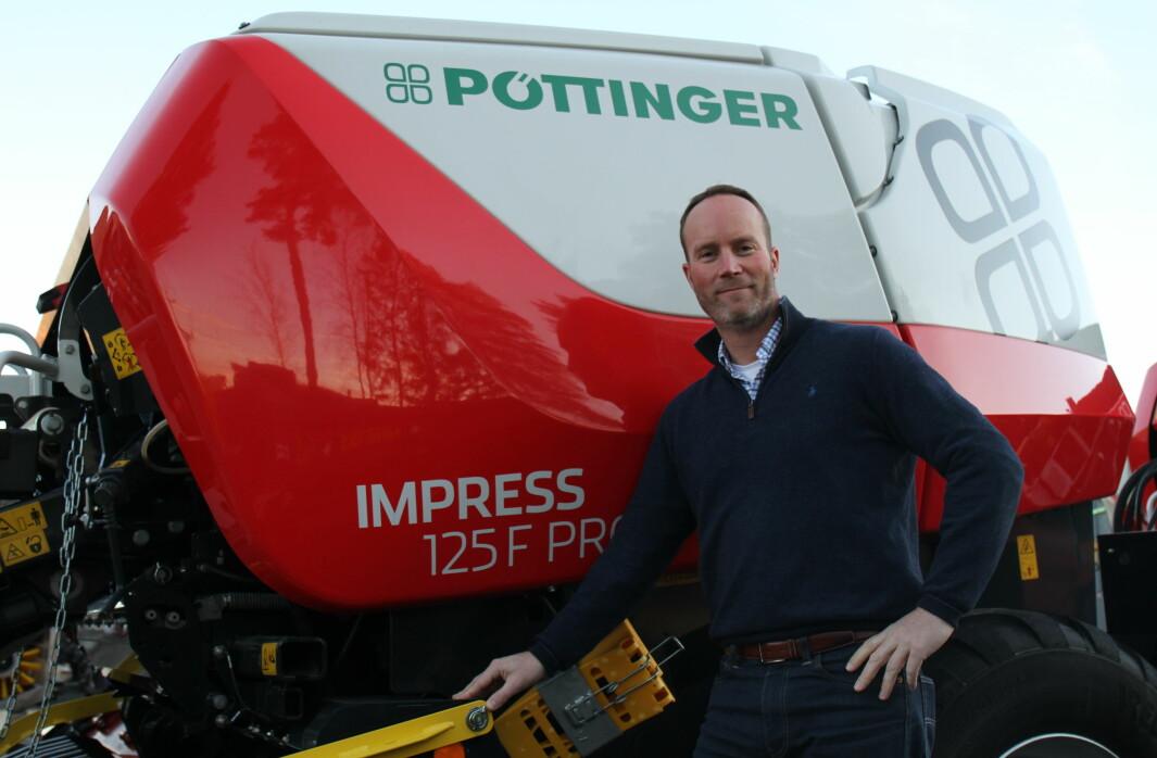Jan Erling Yri, som er importsjef i Akershus Traktor, er fornøyd med at de nå også kan tilby strekkfilm til kundene sine.