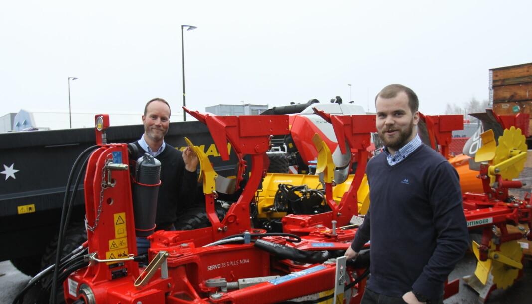Jan Erling Yri (bak) og Jonas Ryen (foran) med ett av produktene Ryen nå får ansvaret for.
