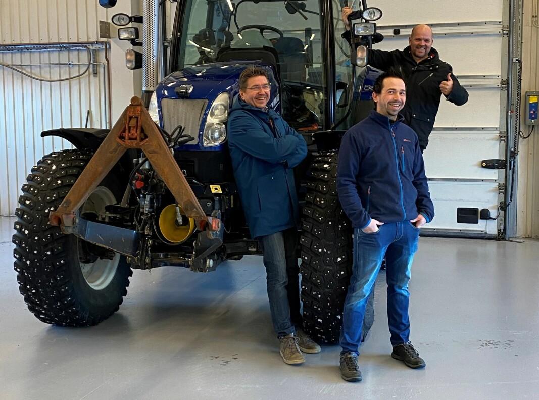 Glad gjeng: F.v: Daglig leder Kristian Sætre, selger Åge Thoresen, og ordfører Geir Inge Lien i traktoren
