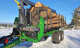 Farma tar større lass med ny tømmerhenger
