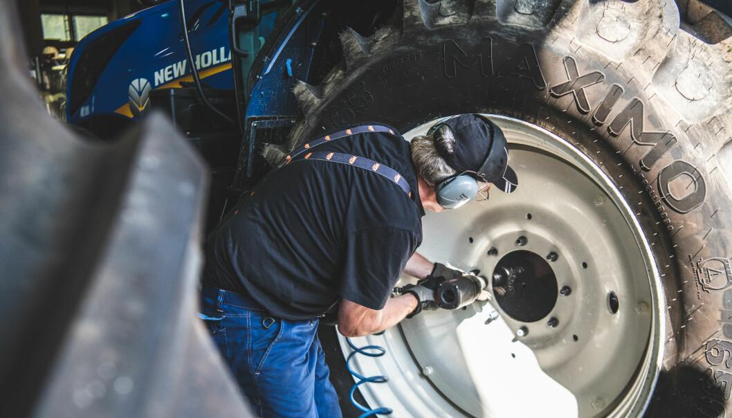 Har du pigger på traktorhjula må du bytte hjul, legge om eller skru ut piggene innen utgangen av april.