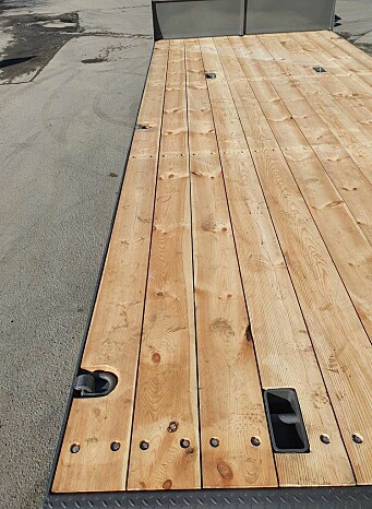 Det er brukt 40 mm tjukt treverk som plandekke og hengeren har 14 stroppefester totalt.