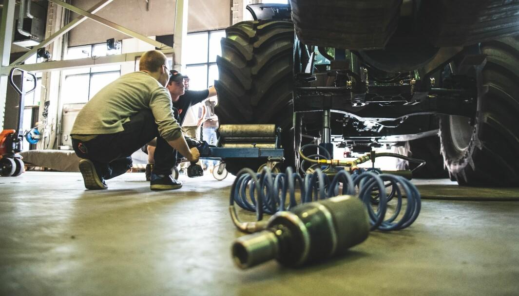 Det viktigste under hjulskiftet er å sørge for at traktoren står stabilt.
