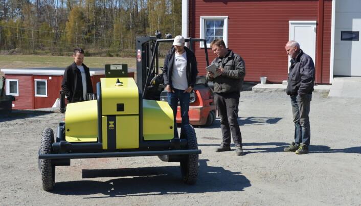 Overleveringen av den første AX1-roboten skjedde nylig. Fra venstre: Anders Breivik og Vegard Line i Kilter og kjøperne André og Roy Hasle til høyre.