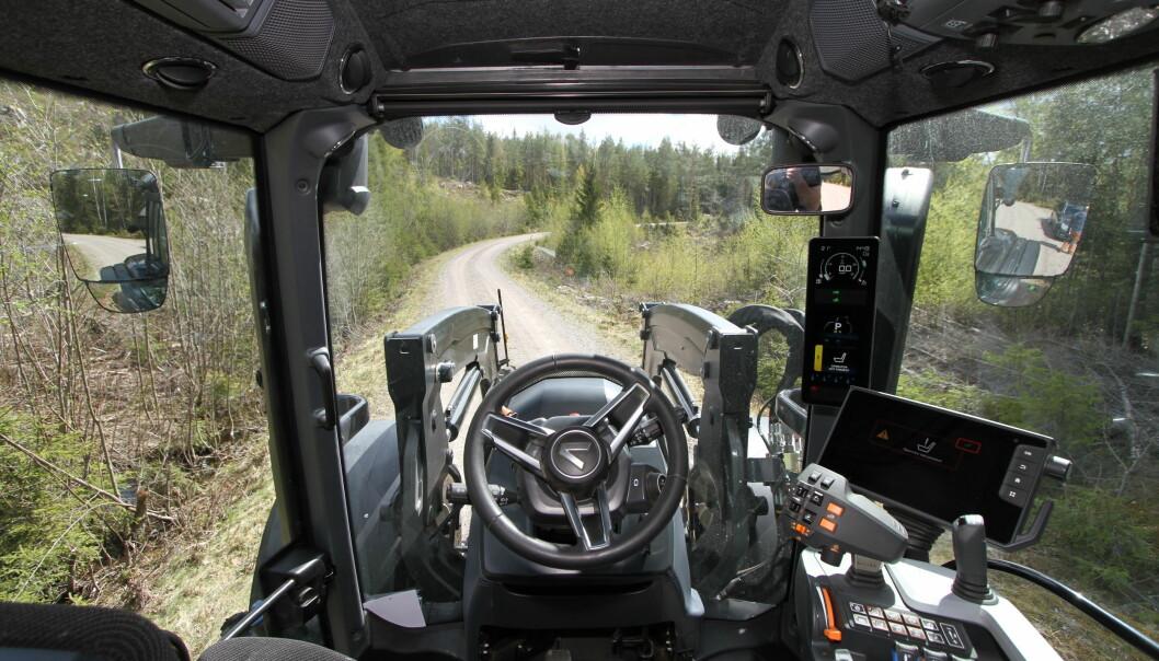 Instrumentpanelet i stolpen er godt opplyst, så det er ingen problemer med å se hva som står der selv med sterkt sollys rundt traktoren.