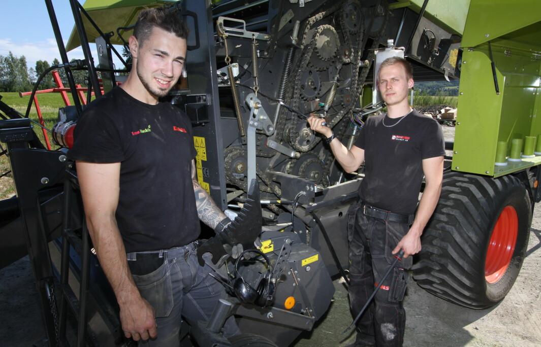 Verksmester, Lasse Nedgården, og mekaniker, Rune Løken, ved Lena Maskin i Våler viser hvordan du enkelt kan vedlikeholde pressa foran neste sesong.