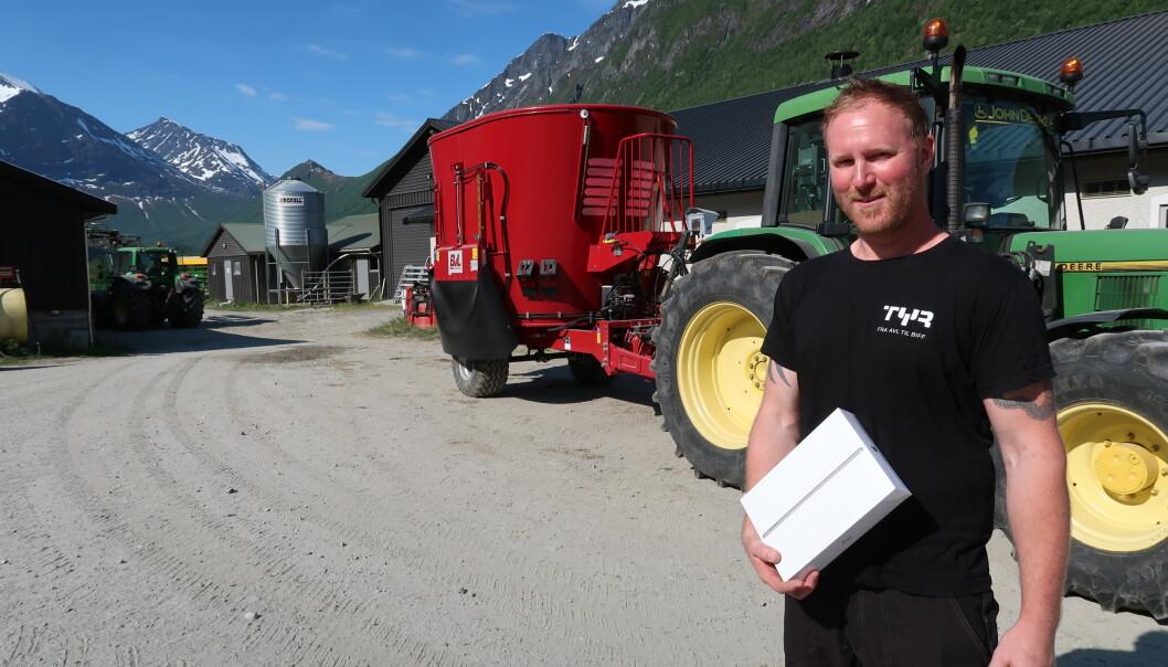 Oddbjørn Engen har akkurat fått overrakt nytt nettbrett.
