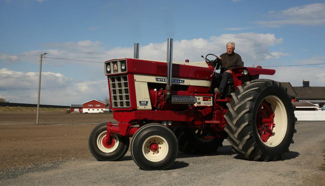 Traktoren til Frode Abrahamsen er fra 1973, men den kom til Norge først for noen år siden.