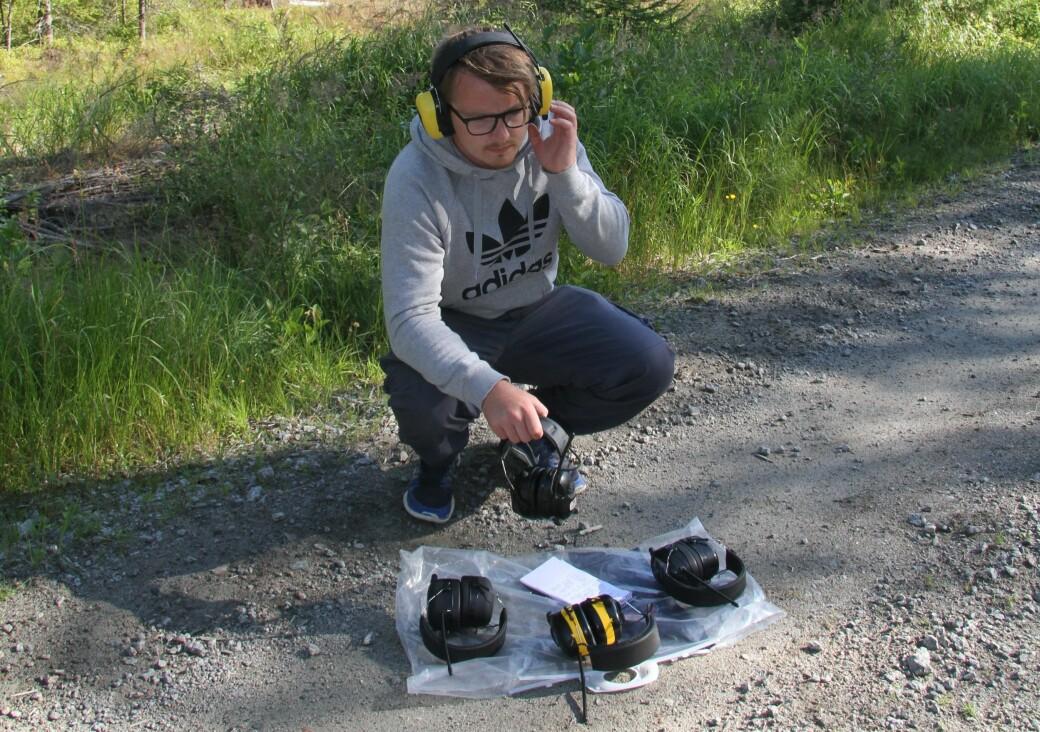 Du kan trygt bruke radiohørselvern så lenge du holder volumet på et moderat nivå. Her illustrert med en av våre journalister under en tidligere test av DAB-hørselvern.