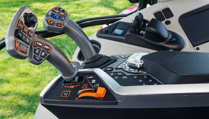 Den nye Multipad-kjørespaken har fått en joystick for hydraulikkbetjening. Ellers er det gjort flere endringer på armlenet, men spaker/brytere for ytterligere hydraulikkuttak sitter fortsatt i høyreskjermen.