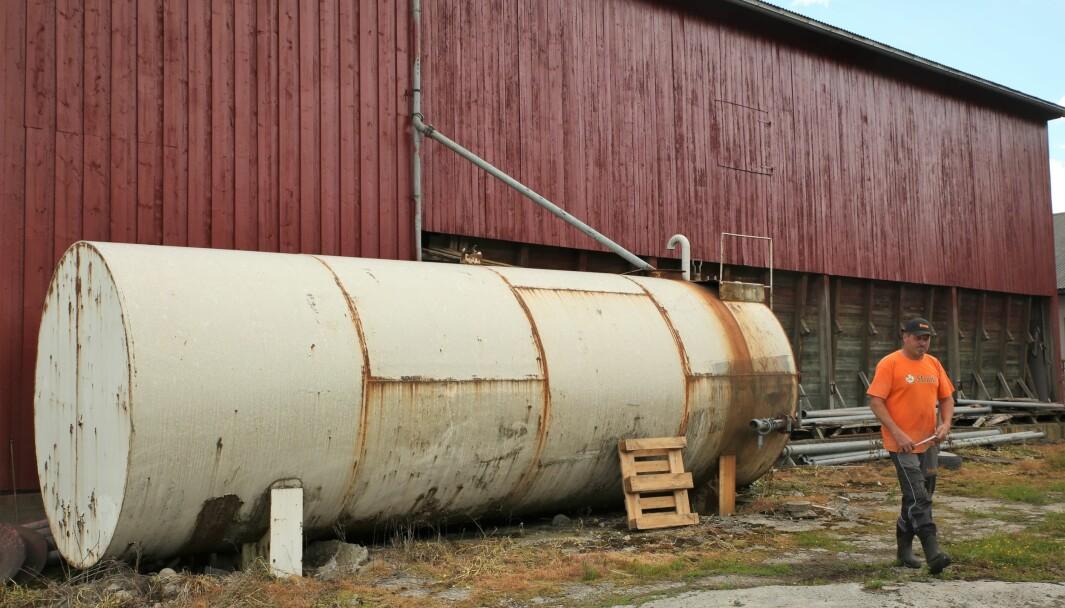 Regnvannet ledes fra takrenna på redskapsskjulet og ned i tanken. Den rommer 30 000 liter. – Det er i hvert fall ikke noe problem med at den ikke blir full til første- og andreslåtten, sier Bjørn.