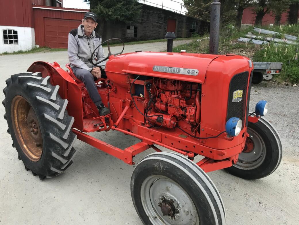 Kjell Vikan med Nuffield-traktoren han kjøpte som 18-åring.