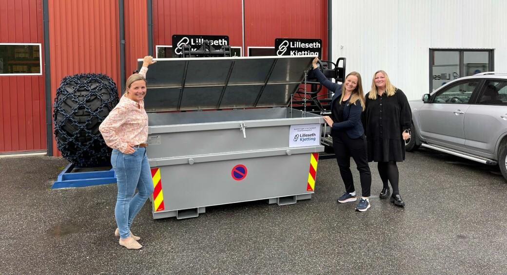 Den første returcontaineren står allerede hos Lilleseth. I framtida vil disse bli utstyrt med kommunikasjon og sensorteknologi. F.v: Stine Lilleseth, Ida Gulbrandsen (Klosser Innovasjon), Ingvild Fuglerud. Foto: Lilleseth Kjetting