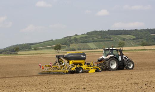 Eikmaskin med redskap for jord og såing fra Bednar